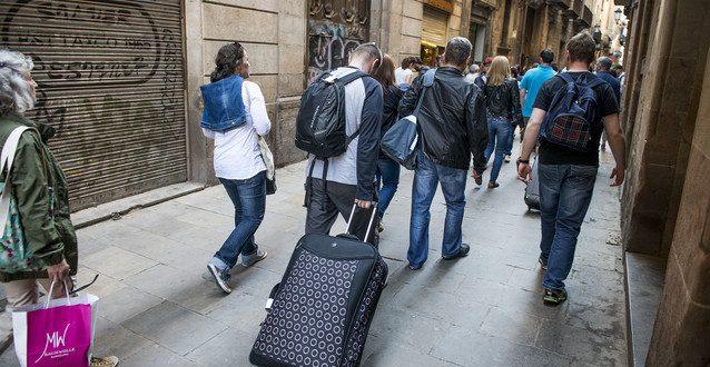 BARCELONA. 30.04.2014 Pisos y apartamentos turisticos. En la imagen turistas por la calle Montcada . FOTO FERRAN SENDRA