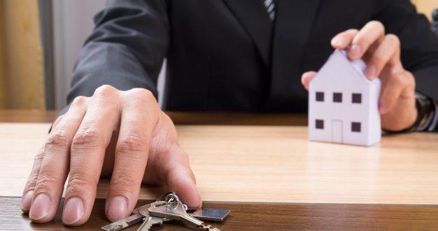 agente-inmobiliario-modelo-casa-llaves_1423-178