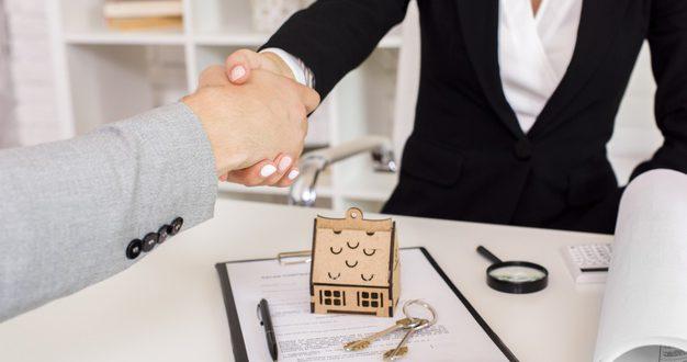 agente-inmobiliario-estrechandole-mano-al-cliente_23-2148252097
