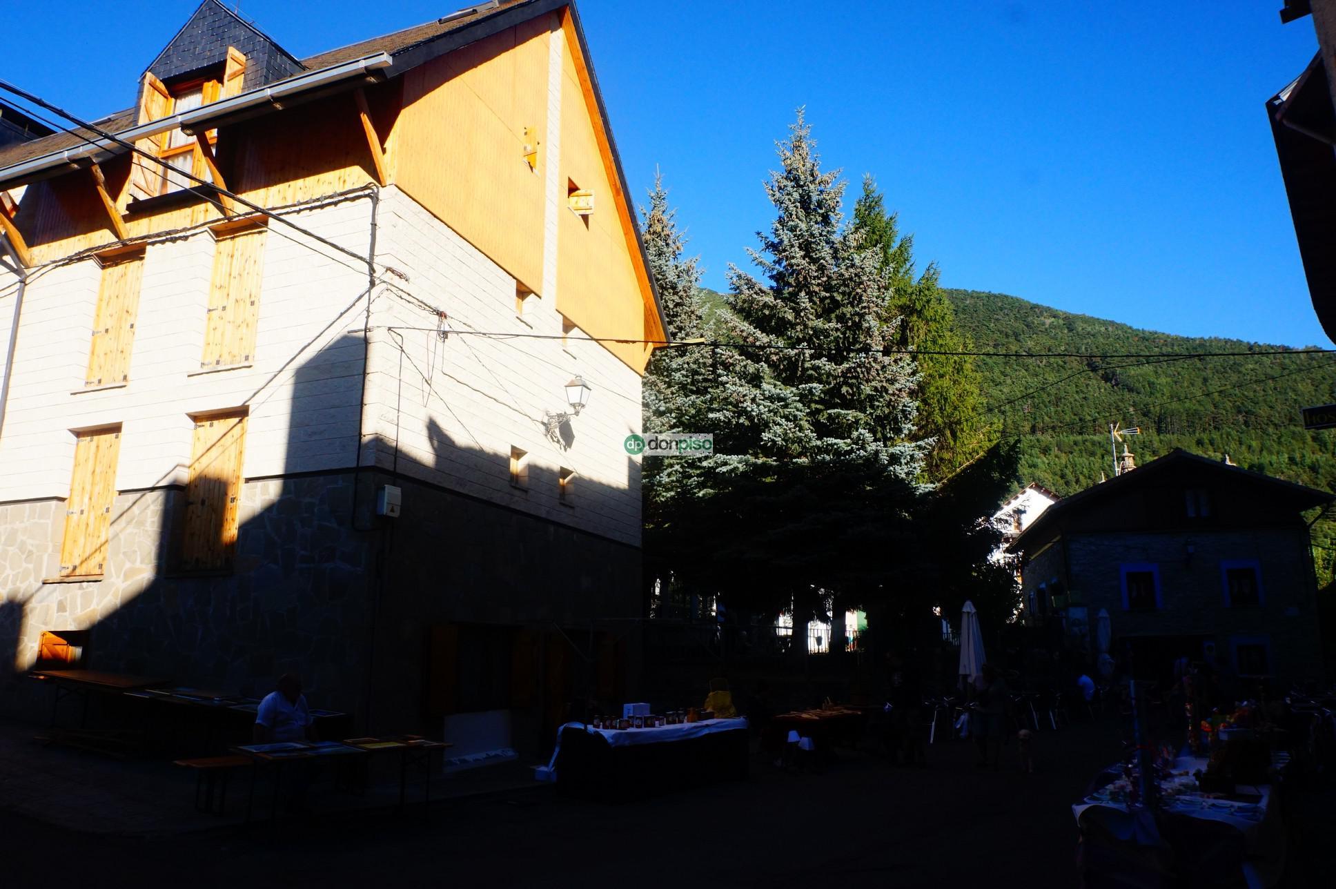 165756 - Villanúa pueblo, junto a las escuelas.