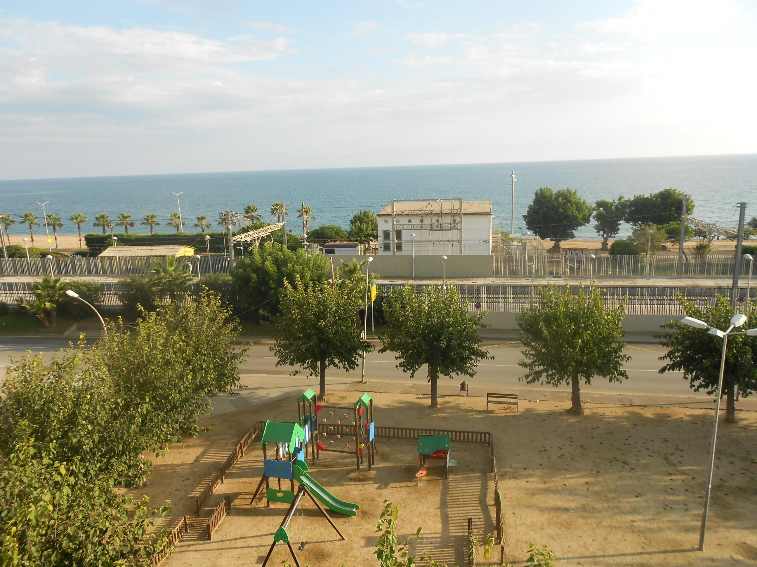 Imagen 1 Apto. Playa en venta en Pineda De Mar / Delante del Mar, con Parquin y Trastero