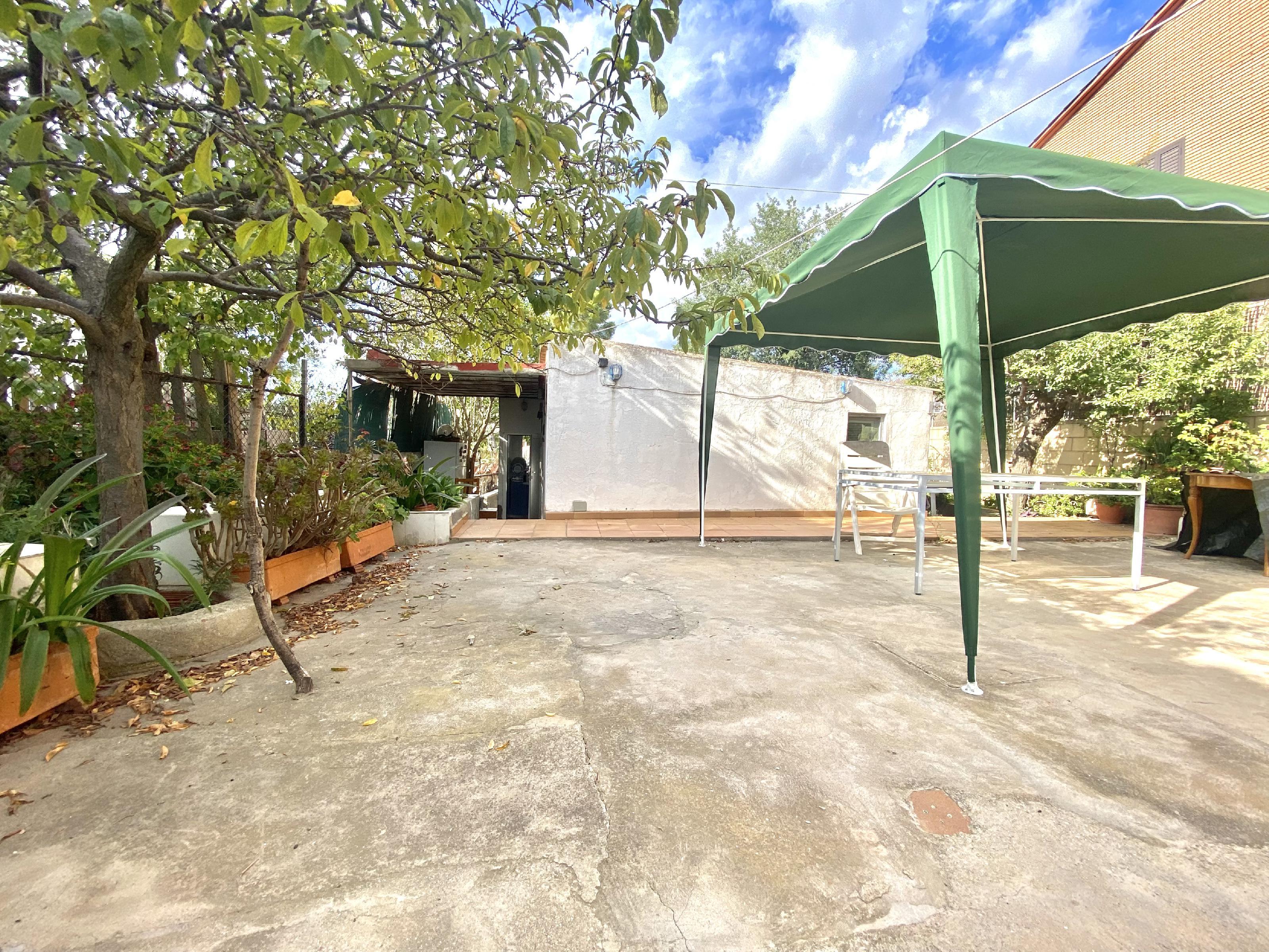 Imagen 1 Casa Aislada en venta en Rubí / Urbanización Els Avets zona muy tranquila y verde.