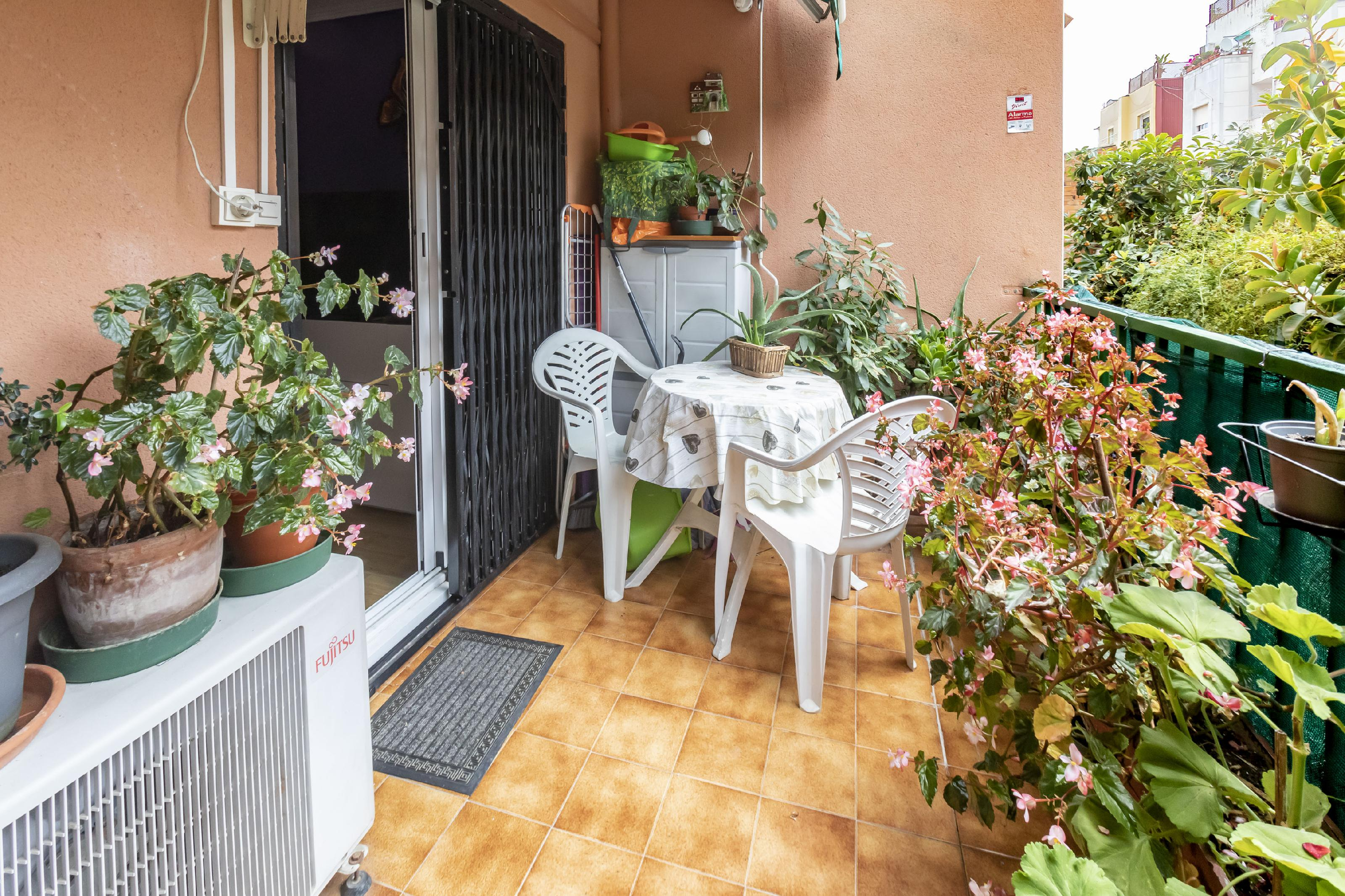 Imagen 1 Piso en venta en Barcelona / Al lado de la calle Llobregós y el metro del Carmel.