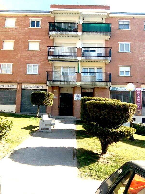 187685 - Piso de tres habitaciones en la calle principal