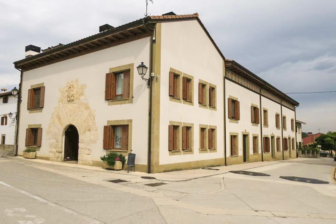 229779 - Salinas de Pamplona junto a la iglesia