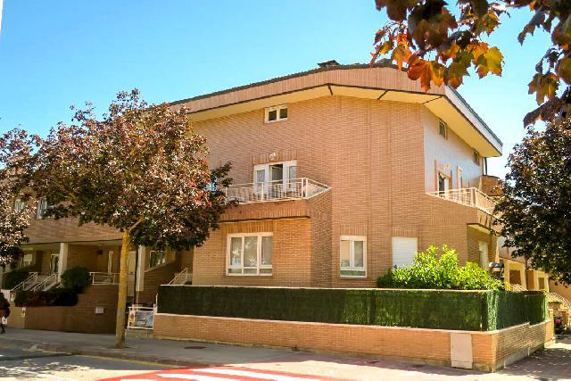 Imagen 1 Inmueble 242371 - Casa Adosada en venta en Pamplona/iruña / Frente al colegio Catalina de Foix