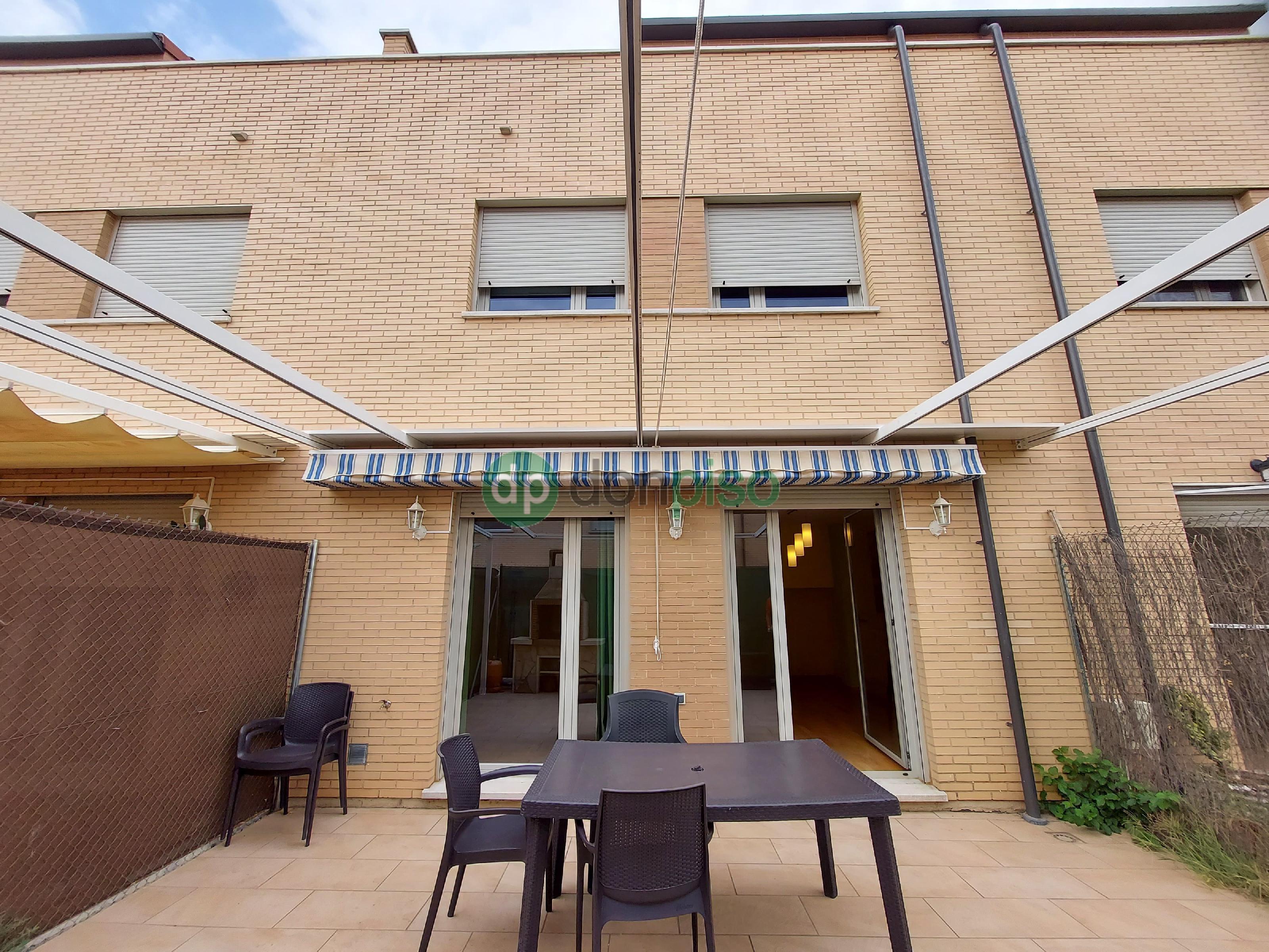 Imagen 1 Casa Adosada en venta en Marchamalo / Zona nueva Oeste