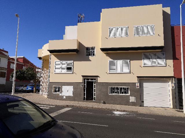 Imagen 1 Inmueble 241214 - Casa Pareada en venta en Agüimes / Frente a un parque zona centro arinaga