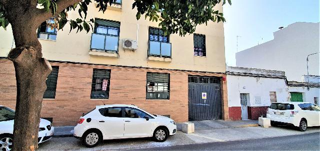 Imagen 1 Inmueble 231113 - Parking Coche en venta en Sevilla / Entrada y salida al garaje por calle Lisboa.