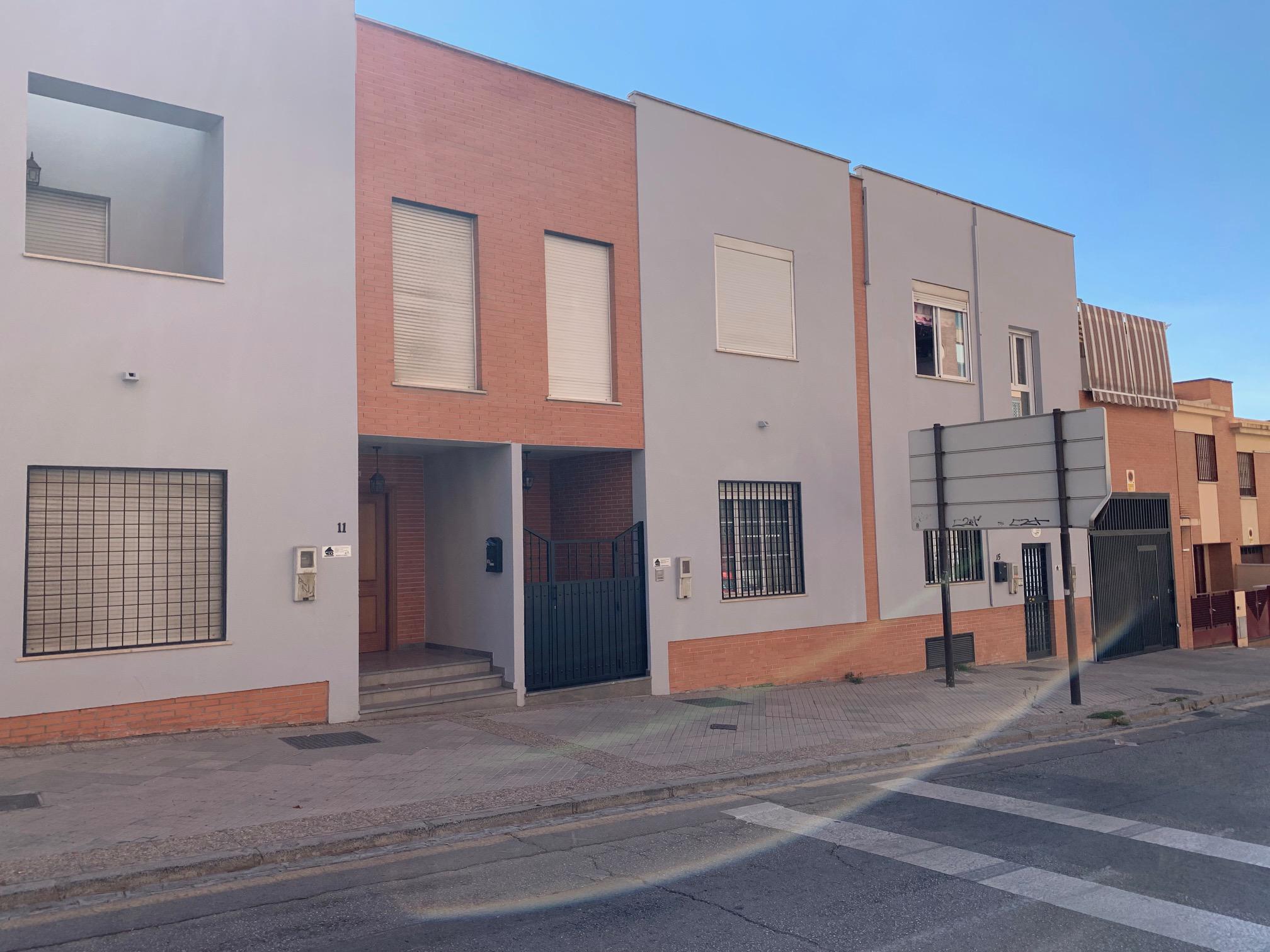 Imagen 1 Casa Adosada en alquiler en Granada / Frente a Farmacia Santa María 24H