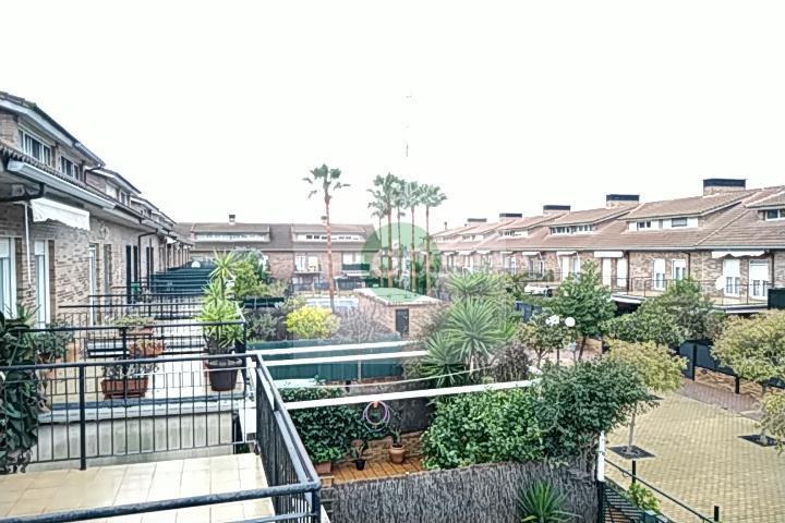 Imagen 1 Casa Adosada en venta en Badajoz / Huerta Rosales, próximo al parque principal.