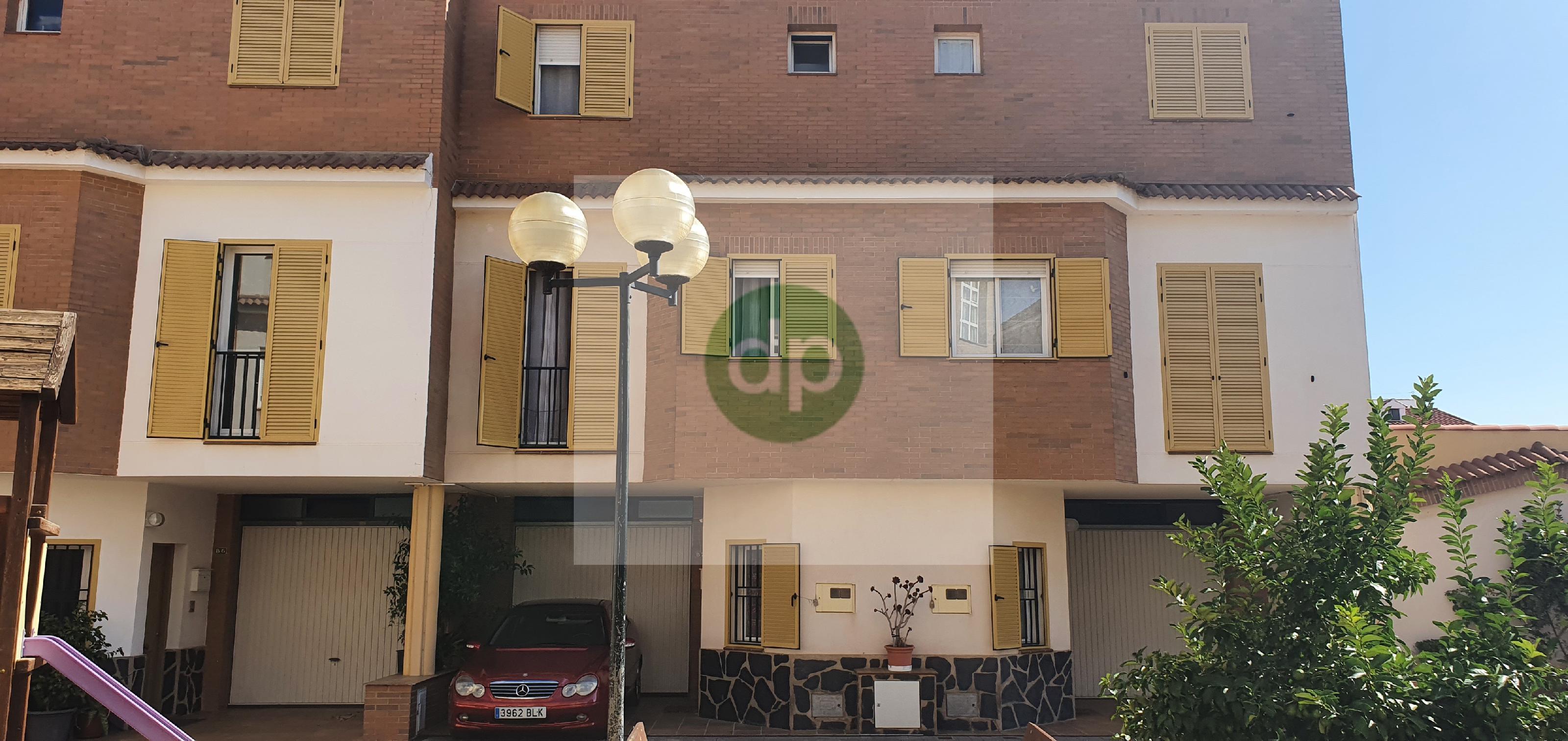 Imagen 1 Casa Adosada en venta en Villanueva De La Serena / Centrico, a pocos minutos de Plaza de E...