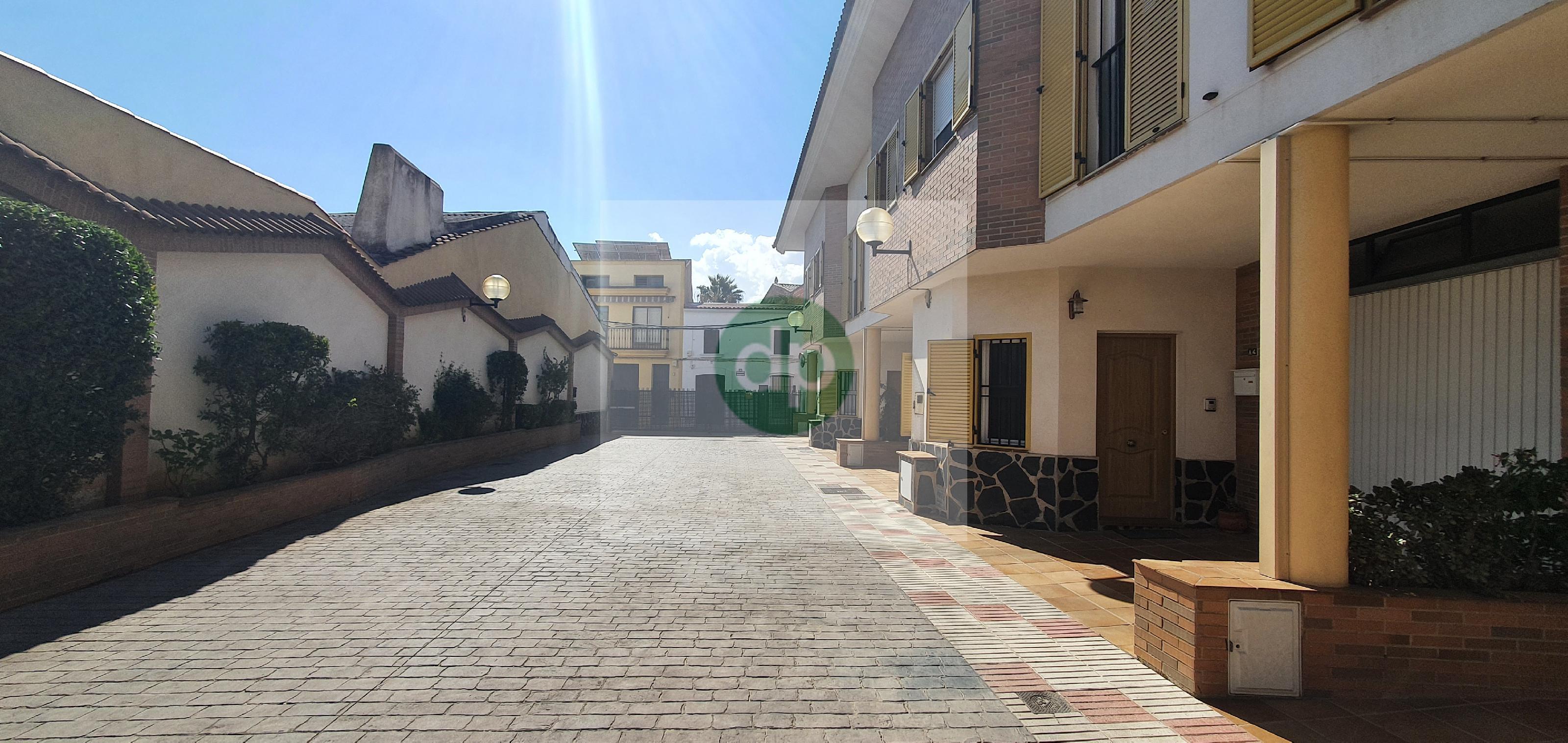 Imagen 3 Casa Adosada en venta en Villanueva De La Serena / Centrico, a pocos minutos de Plaza de E...