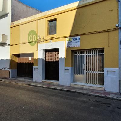 Imagen 1 Inmueble 254523 - Casa Adosada en venta en Villanueva De La Serena / Muy céntrica, con local comercial de 40...