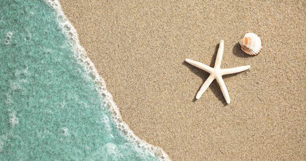 cerrar-vista-superior-agua-playa-tropical-arena_23-2148226537