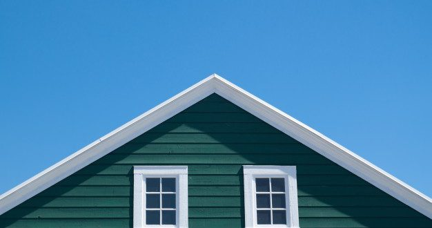 casa-verde-techo-blanco-cielo-azul-dia-soleado_1428-519